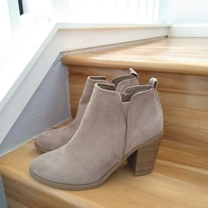 Universal Thread beige ankle boots size 8.5